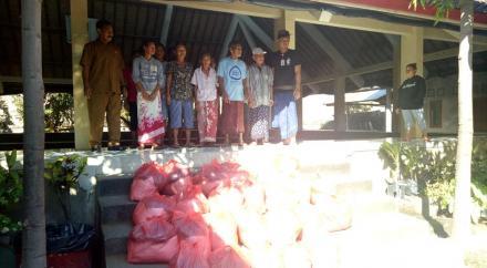 Penyerahan Sembako Lansia Miskin dari Dinas Sosial